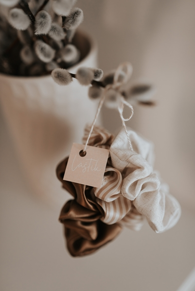 Gumice za kosu branda Laštik izrađene od svile i lana.