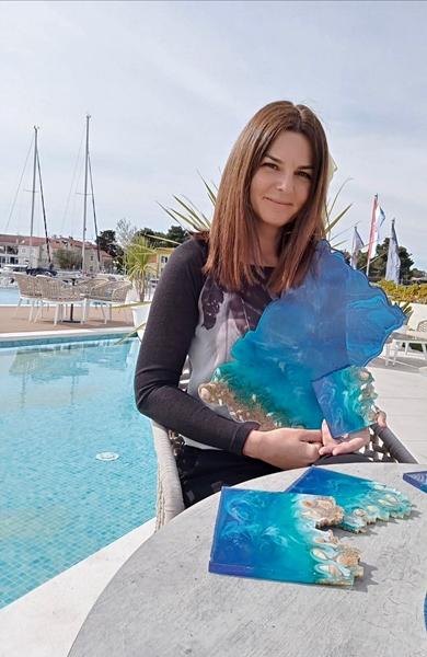 Hrvatska poduzetnica Sanja sa svojim radovima od epoksi smole.