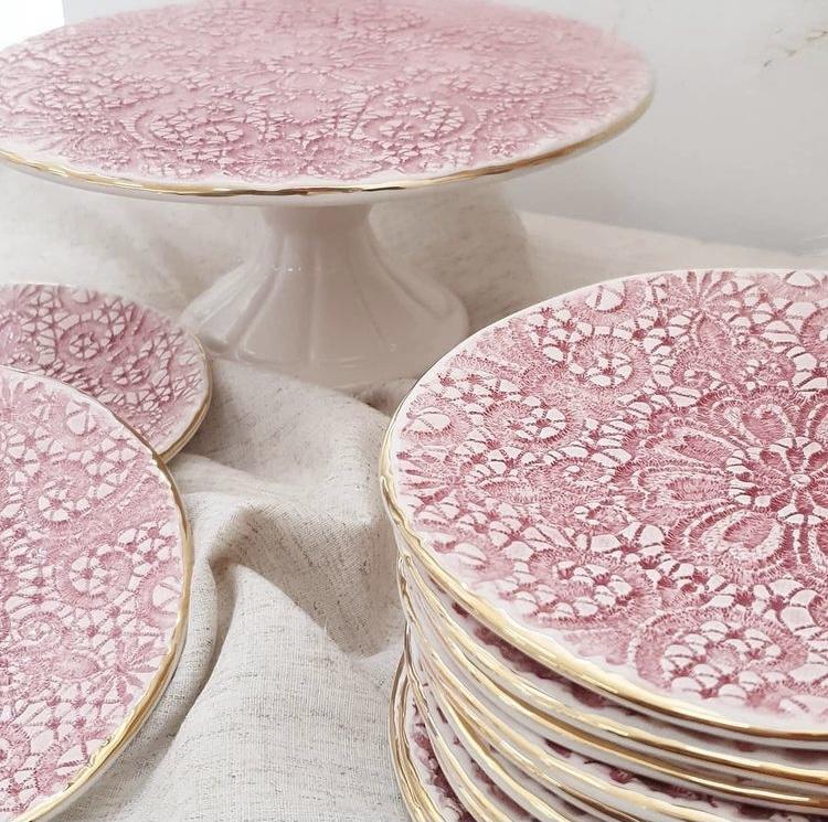 Ružičasti keramički uporabni predmeti